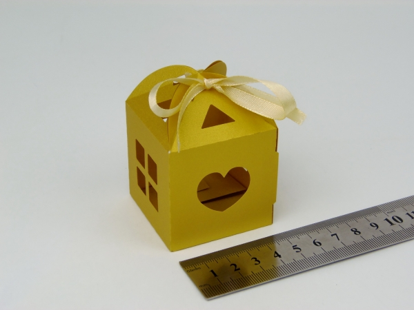 Цвет золотой, размер 5х5х5см. Самосборная коробка в виде домика