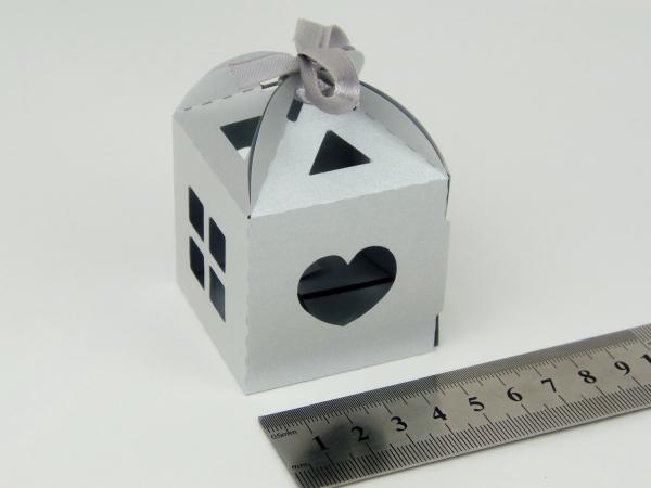 Цвет серый, размер 5х5х5см. Самосборная коробка в виде домика