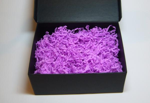 Бумажная стружка для подарочной упаковки. Объем в распушенном виде 1,5 литра. Цвет фиолетовый