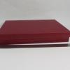 Розмір 33,5х24,5х3 см. Коробка зі з`ємною кришкою. Колір бордо