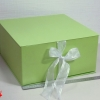 Размер 35*35*16 см Коробка на лентах. Цвет: салатовый с белыми лентами.