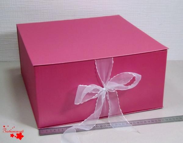 Размер 35*35*16 см Коробка на лентах. Цвет: малиновый с белыми лентами.