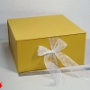 Коробка на лентах. Цвет: желтый с белыми лентами. Размер 35*35*16 см