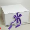 Размер 35*35*16 см Коробка на лентах. Цвет: белый с фиолетовыми лентами.