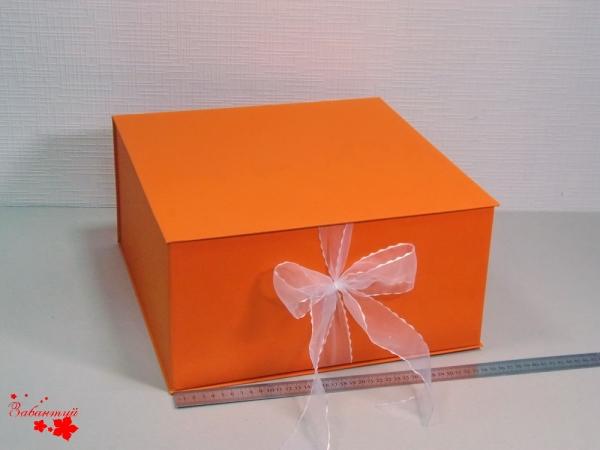 Размер 35*35*16 см Коробка на лентах. Цвет: оранжевый с белыми лентами.